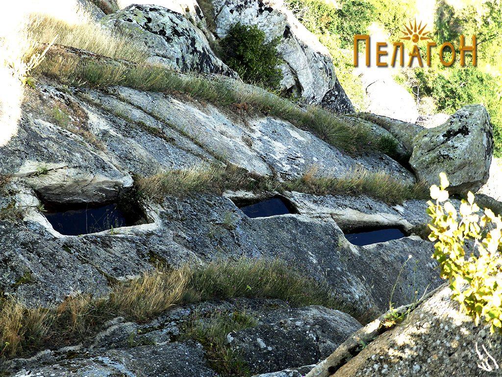 """Гробови - корита на рамна карпеста попвршина северно од """"Лавот"""" 2"""