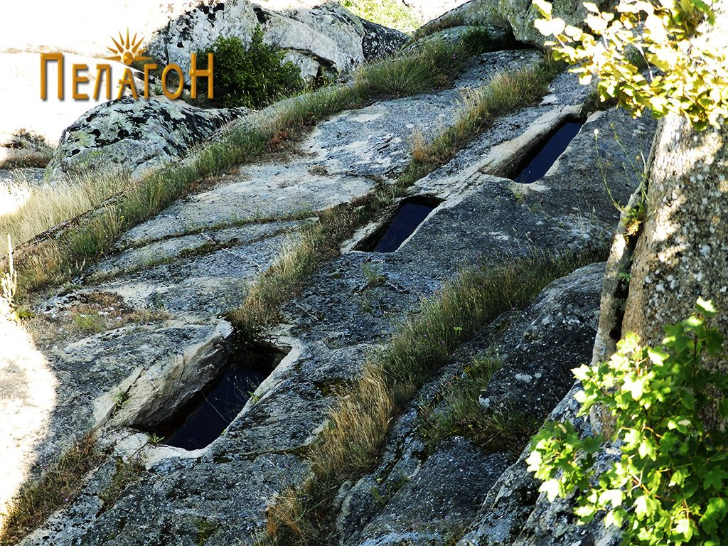"""Гробови - корита на рамна карпеста попвршина северно од """"Лавот"""""""