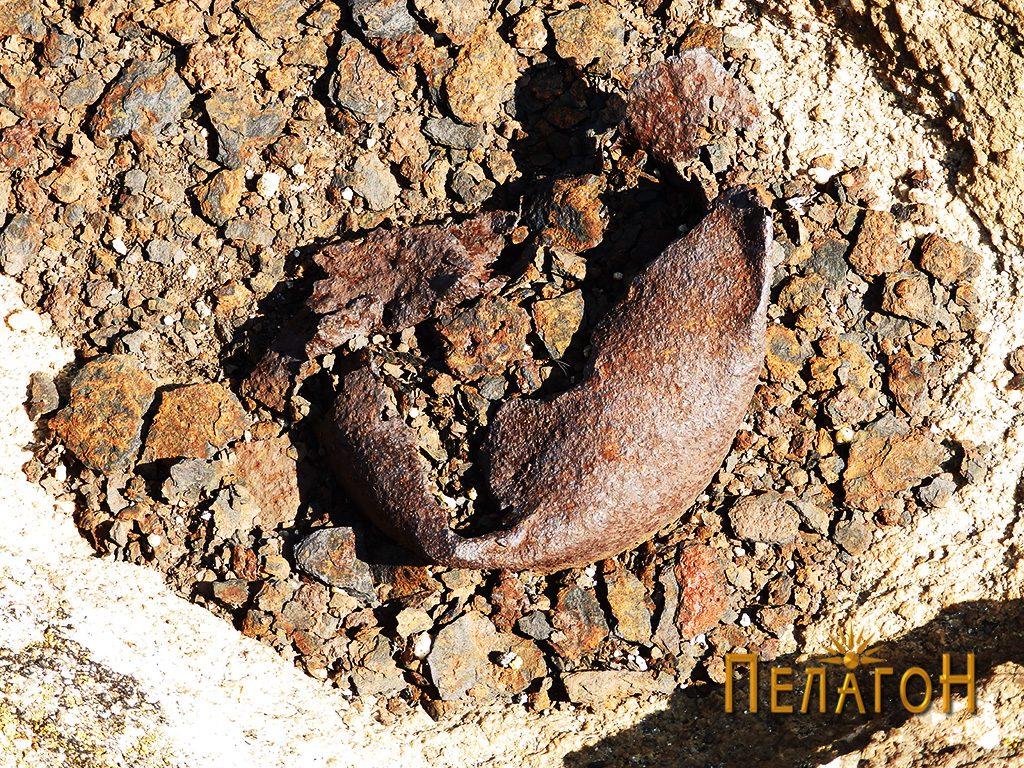 Железен остаток забиен во карпеста површина од извесен предмет кој бил исправен на врвот