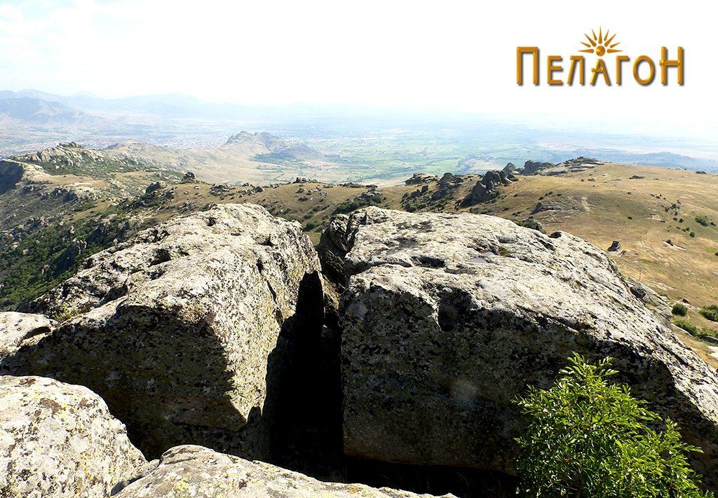 Зарамнети хоризонтални површини по карпите на највисокиот дел со обработени делови за греди