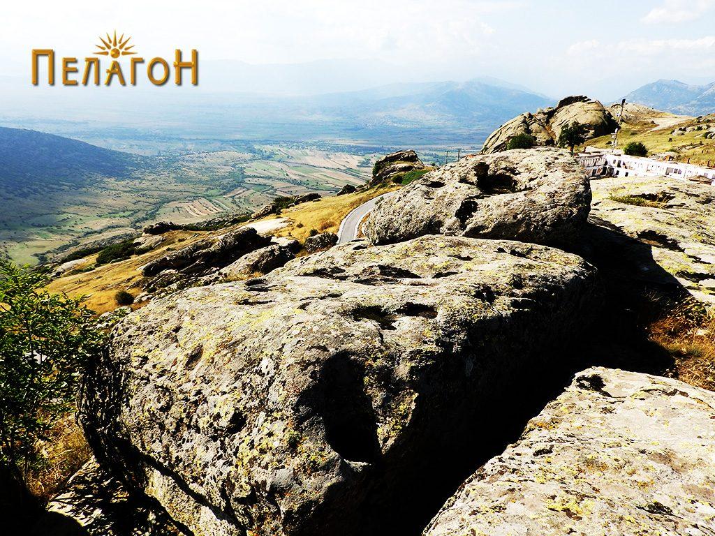 Зарамнети хоризонтални површини по карпите на највисокиот дел