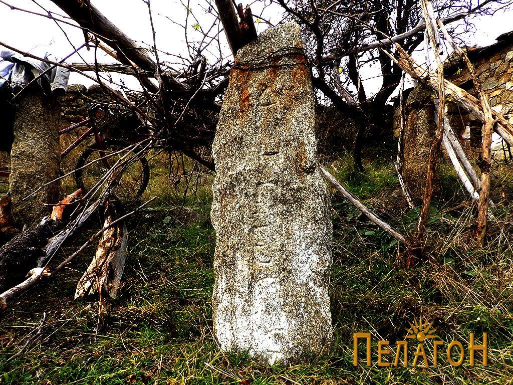 """Камен столб со врежано име """"Ангеле"""""""