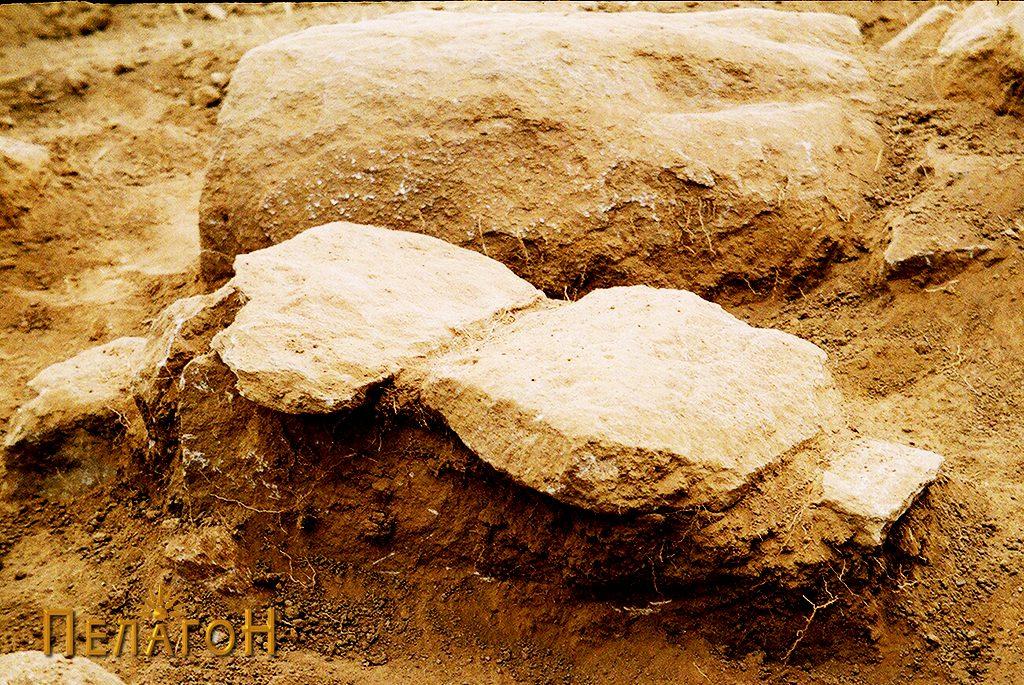 Неотворен гроб со мали димензии