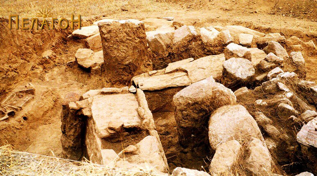 Два неотоврени гроба