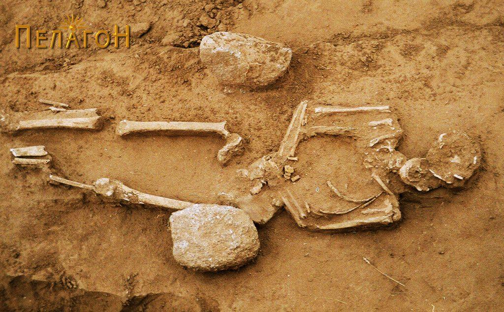 Скелет обележан со два камења