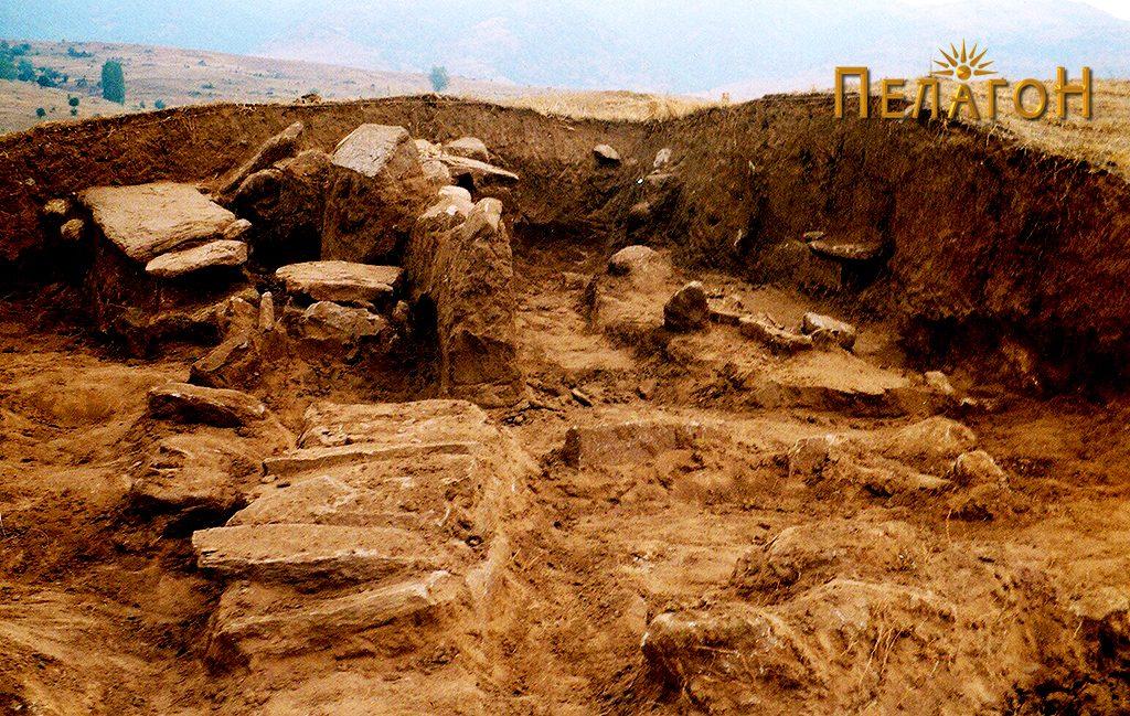 Дел од отворените гробови цисти во тумулот