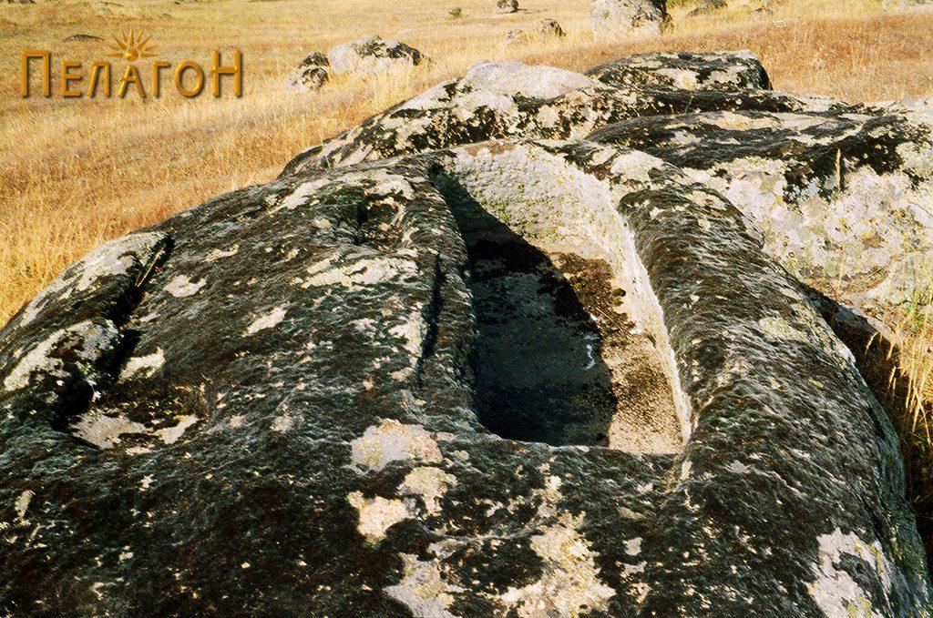 Правоаголен гроб во карпа и реципиент со кружна форма на карпа во близина - северно од тумулот