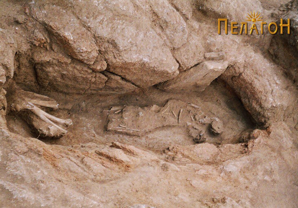 Гроб издлабен во карпа