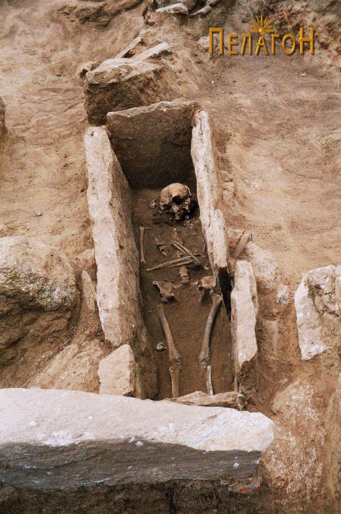 Отворен гроб со скелет во гробната јама 3