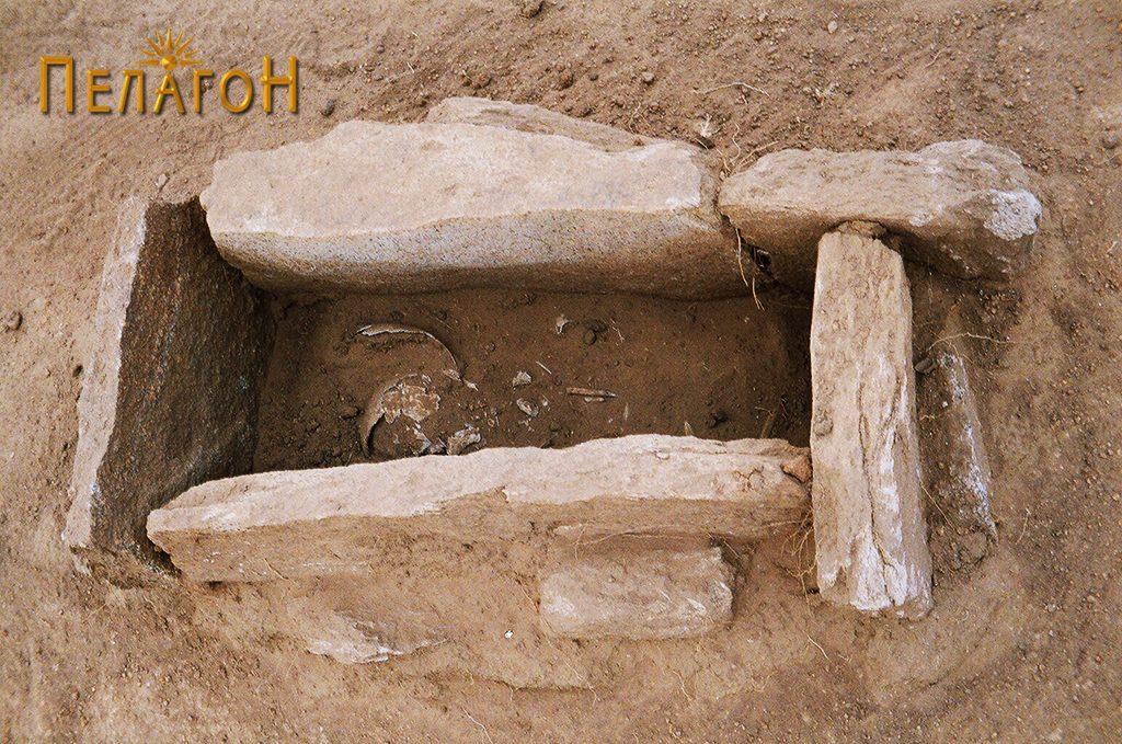 Отворен гроб со скелет во гробната јама 2