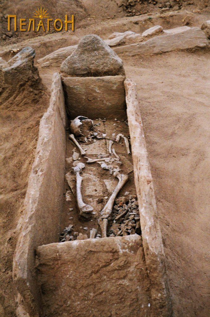 Отворен гроб со скелет во гробната јама
