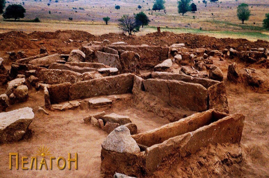 """Дел од гробовите во тумулот """"Страгата"""" при истражувањето во 2001 година"""
