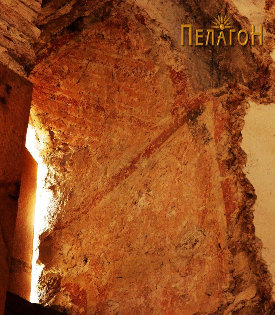 Остаток од стариот живопис на прозорчето во олтарот 2