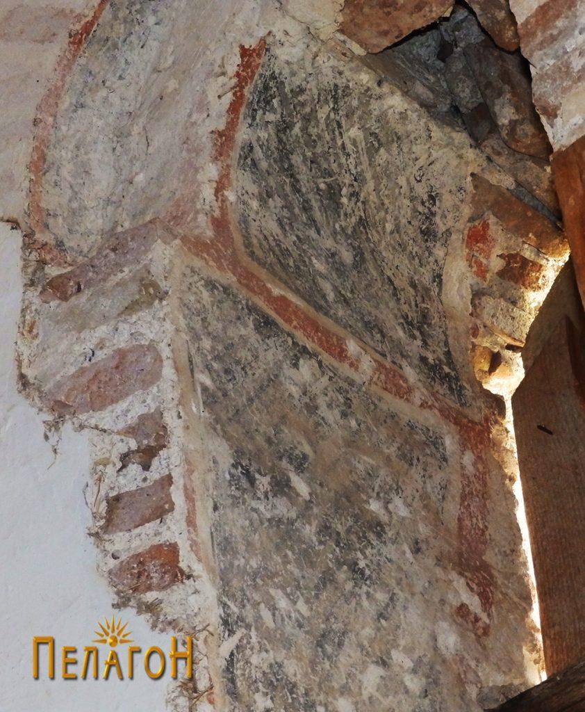 Остаток од стариот живопис на прозорчето во олтарот