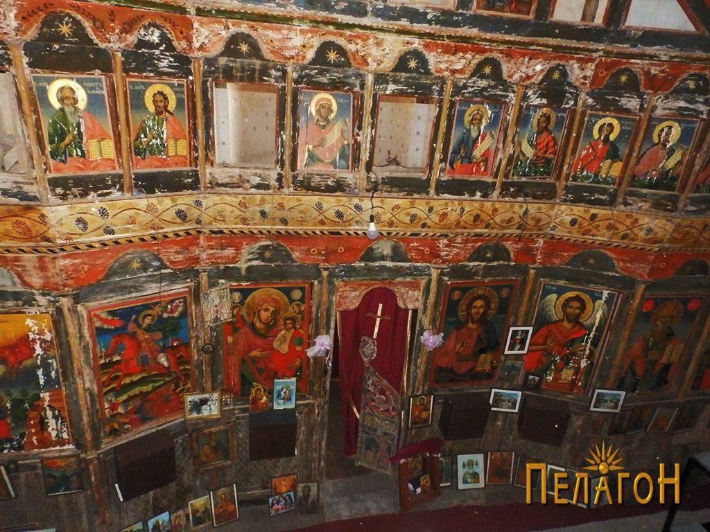 Иконостасот во црквата