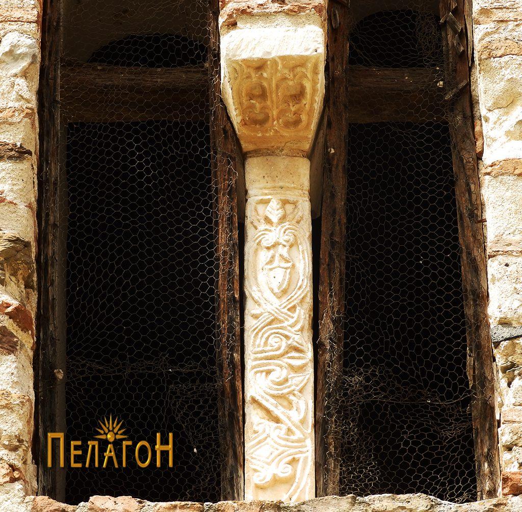 Ранохристијански мермерен елемент на прозорецот од апсидата од надворешната страна