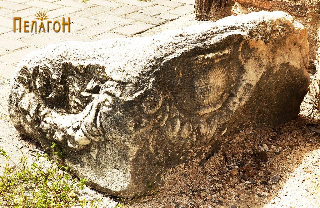 Букранион украсен со релјеф - гирланда и путир