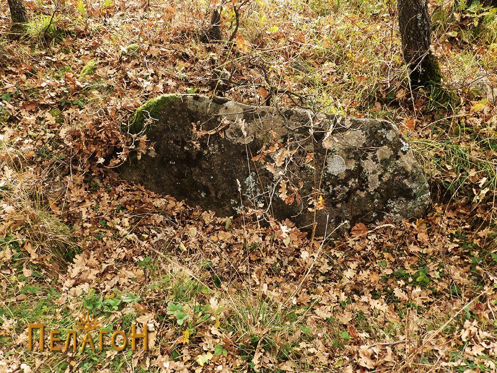 Голема камена плоча во раскопан дел на средината на тумулот