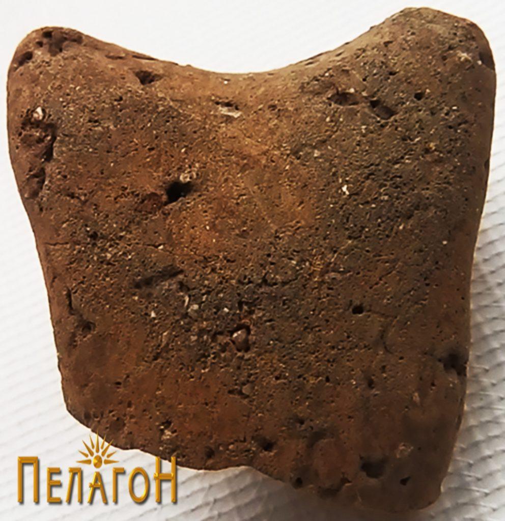 Рачка од керамички сад со интересна форма, која упатува на праисторијата