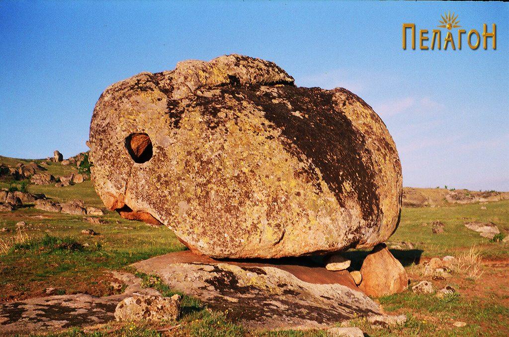 """Дупен Камен"""" во форма на заспан зајак 3"""