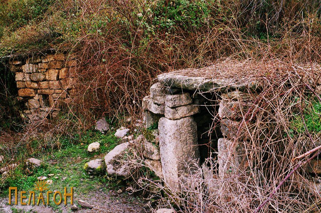 Кладенецот со култните камени блокови и старата чешма