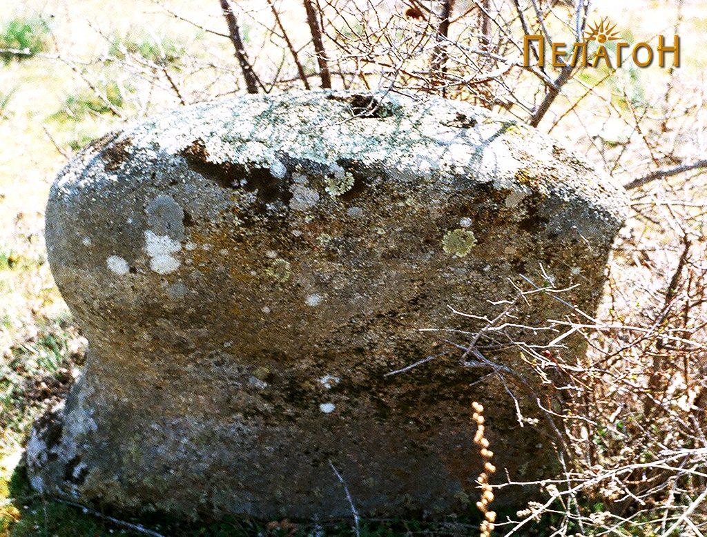 Култната карпа во средината на утврдениот дел 2