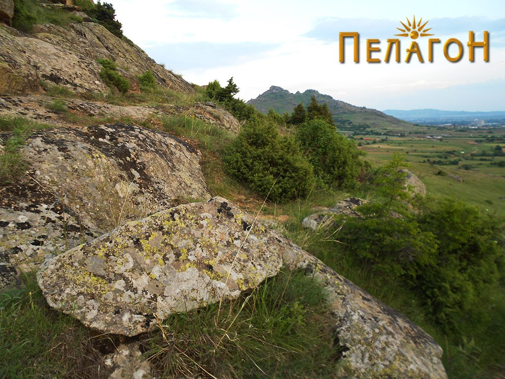Патот за Трескавец, кој поминува крај карпата со живопис