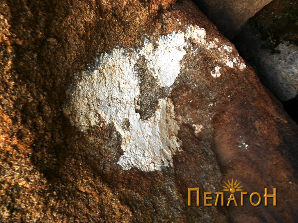 Нишата од десната страна на профилот на карпата, со остатоци од малтер