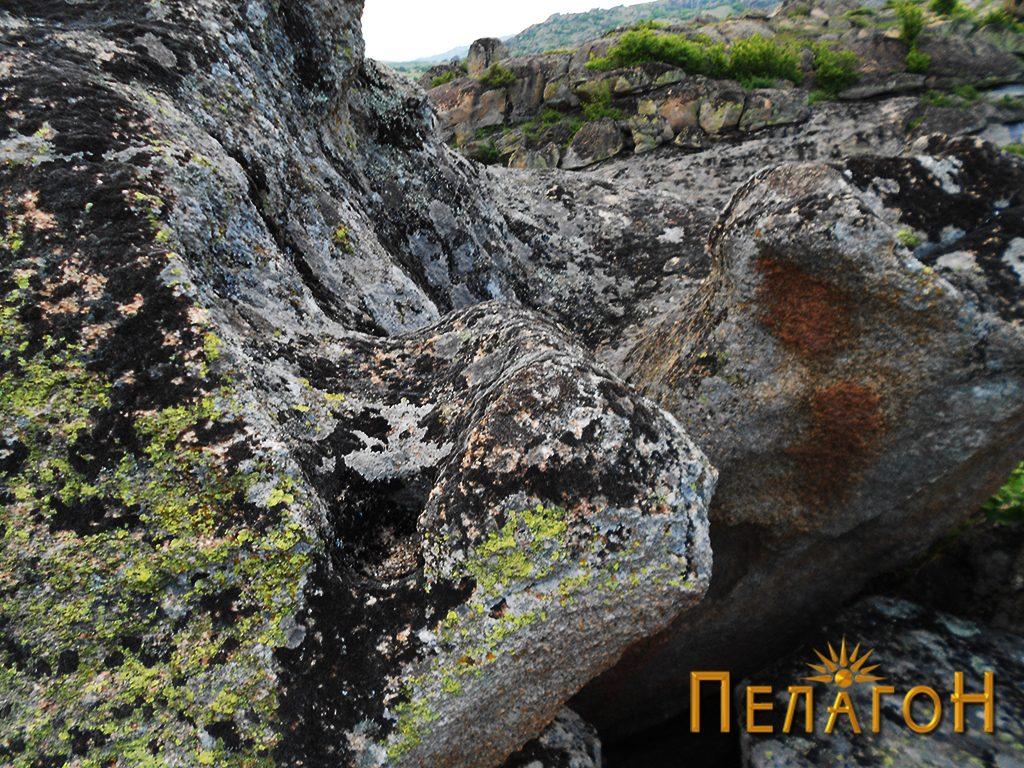 На горниот дел од карпата со живопис