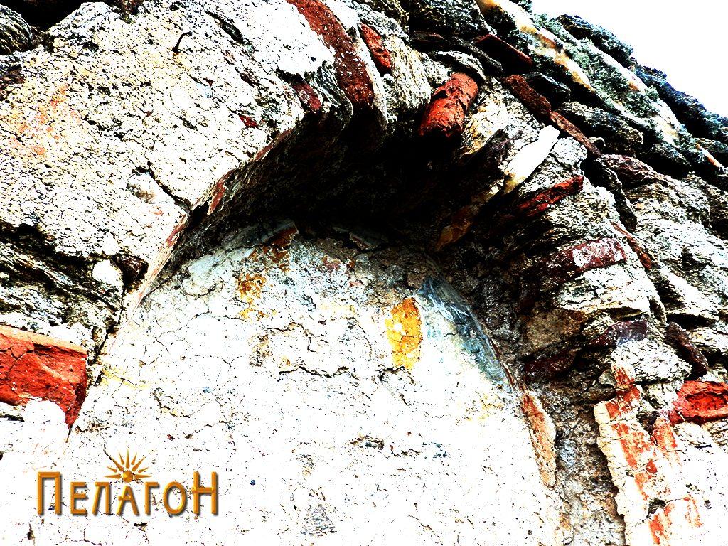 Ниша со остатоци од живопис над вратата на јужниот ѕид
