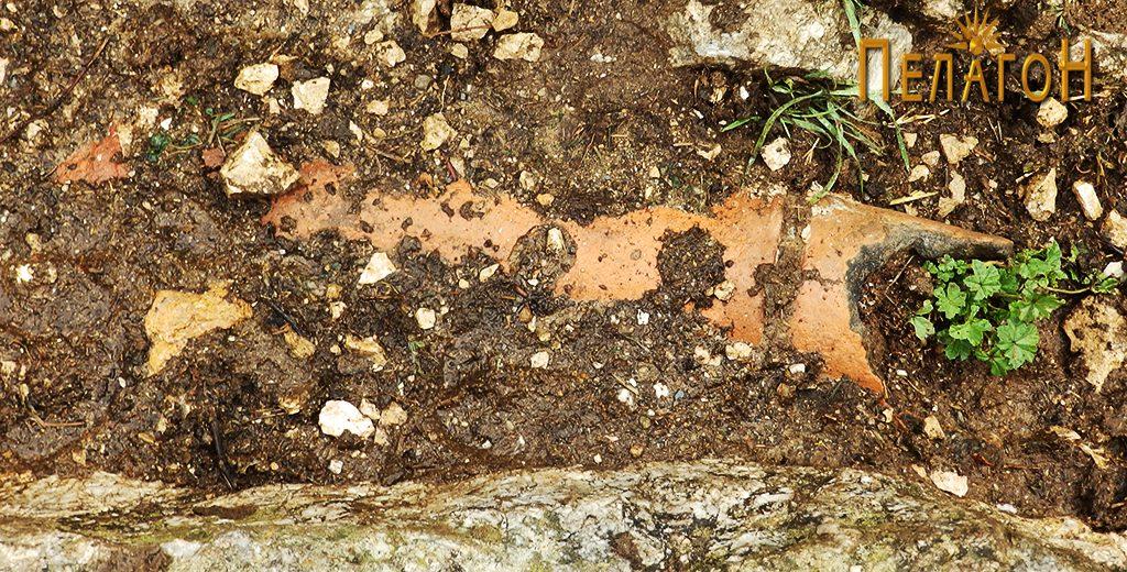 Линија од стар водовод над селото Топлица - керамички цевки