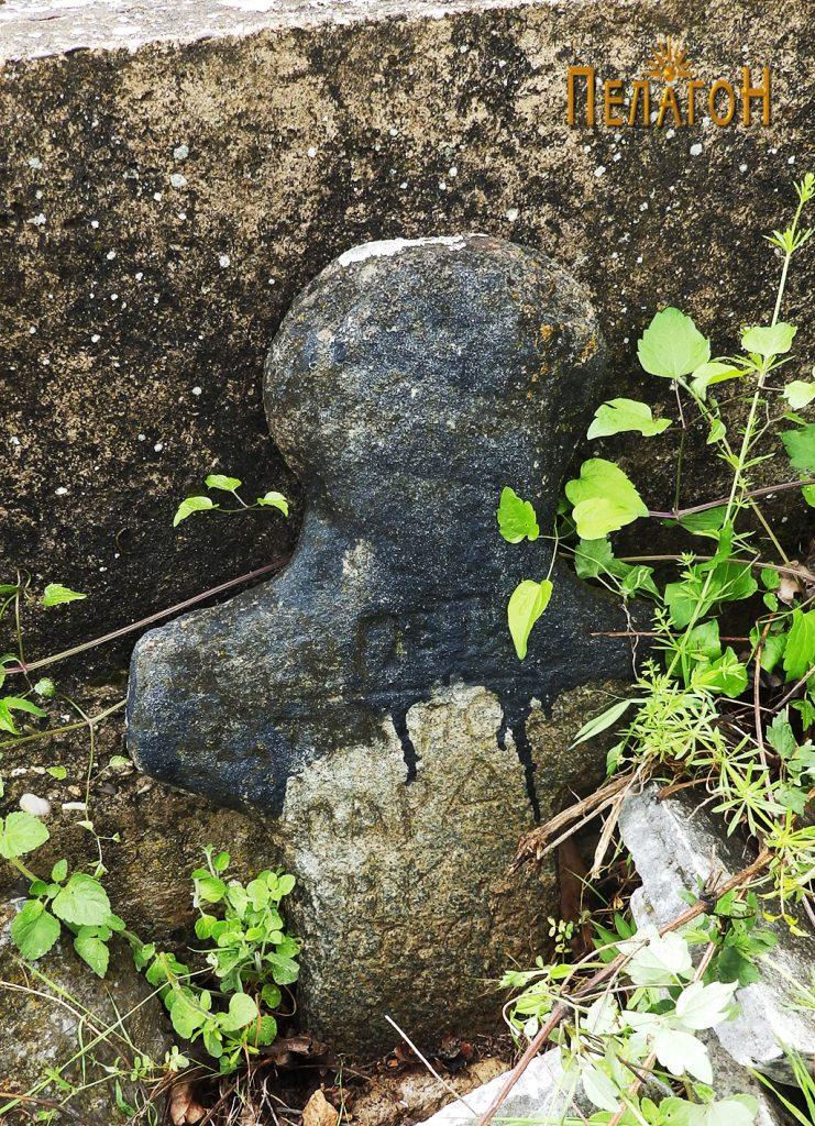Антропоморфен надгробен споменик во гробиштата