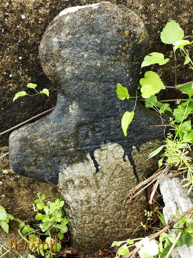 Антропоморфен надгробен споменик во гробиштата 2