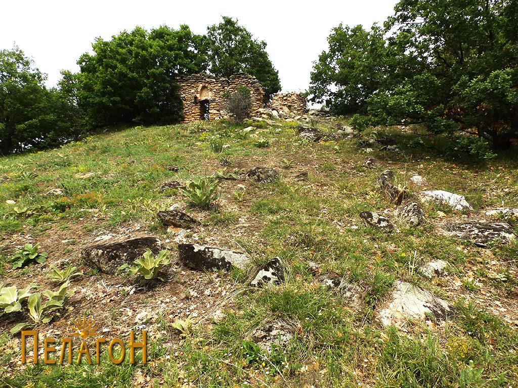 Траги од ѕидови и растурен градежен камен пред црквата 2