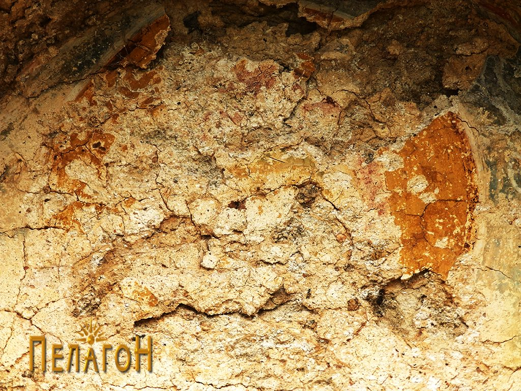 Остатоци од живопис во нишата над вратата на јужниот ѕид