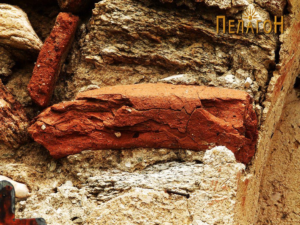 Фрагмент од питос - устинка во нишата над вратата на јужниот ѕид