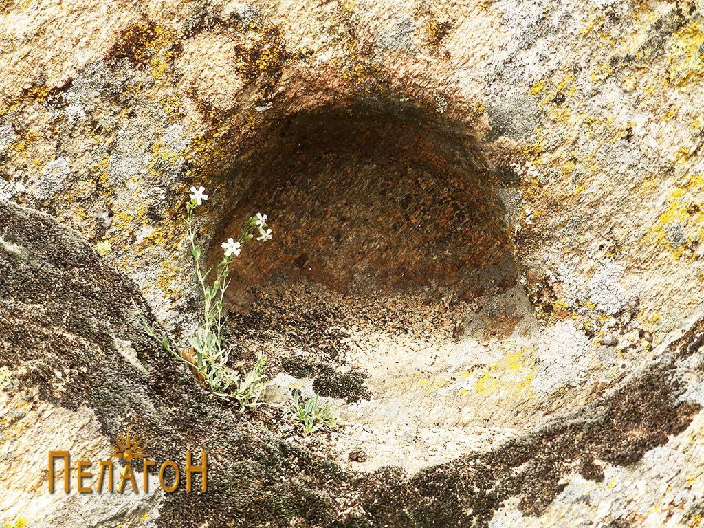 Мала ниша во карпата со пирамидална форма од страната на некрополата