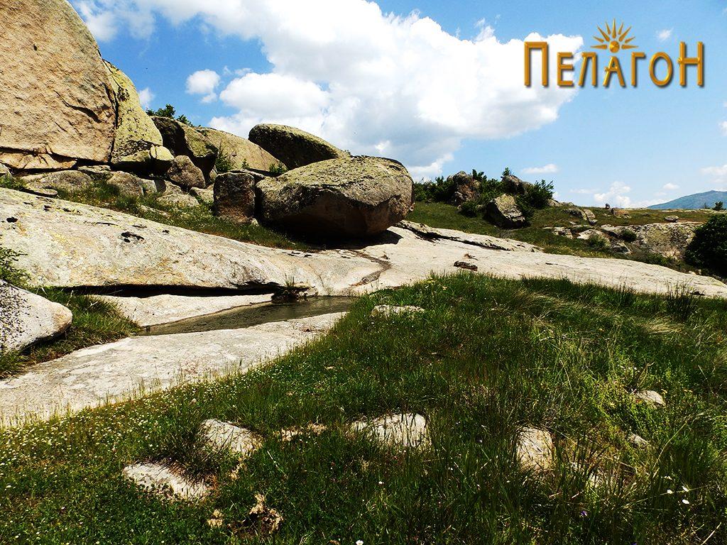 """Чешмата во карпи од """"Дупен Камен"""" со остатоци од градежен камен"""