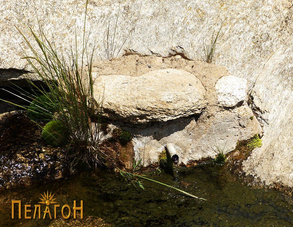 """Чешмата во карпи од """"Дупен Камен"""" со остатоци од градежен камен 2"""