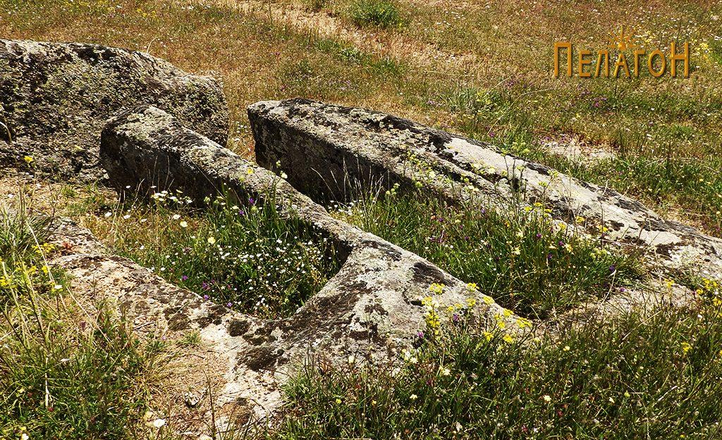 Два сочувани гробови во камен од некрополата 2
