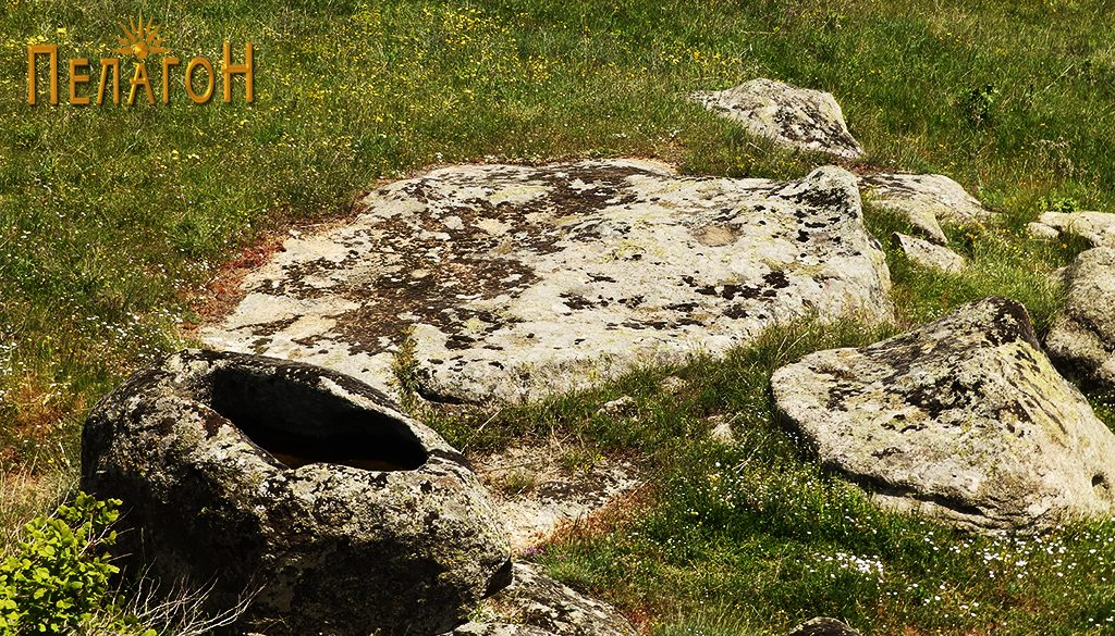 Помало корито во карпа со рамна карпеста површина во близина