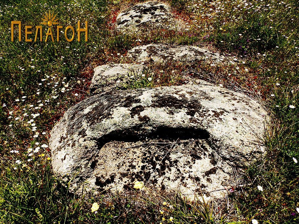Издлабен дел во мала карпа со остатоци од ѕид во продолжение