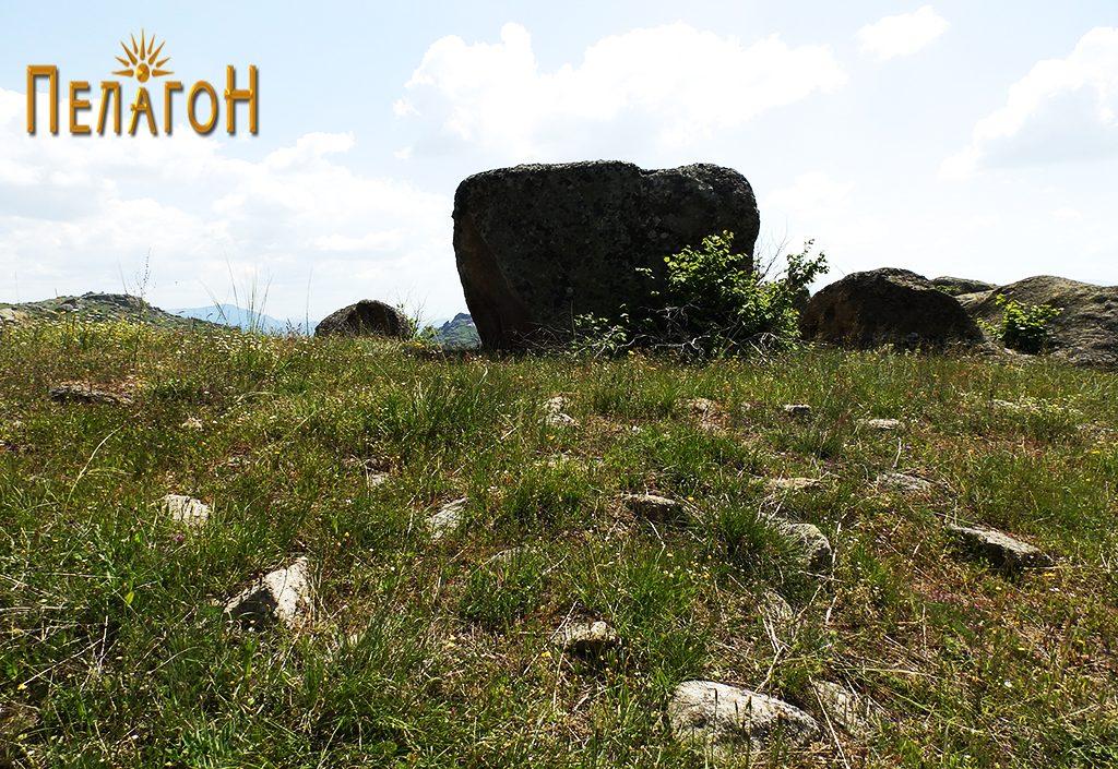 Остатоци од стара градба со карпа во позадина