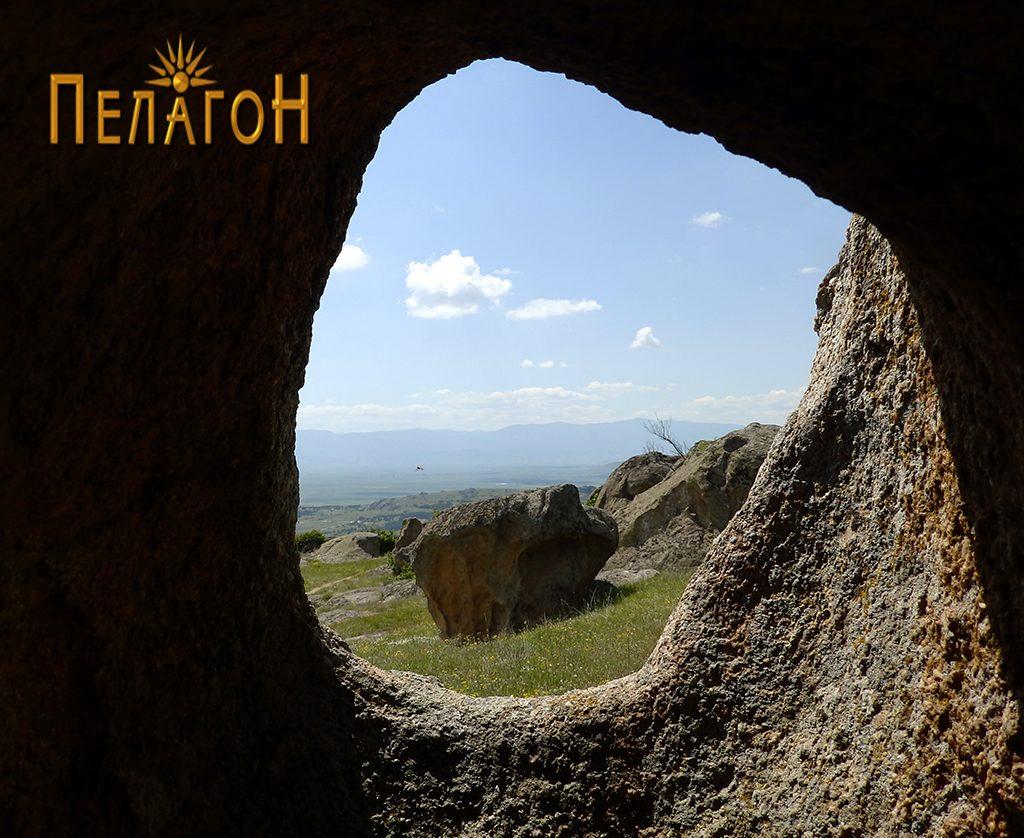 """""""Прозорчето"""" со поглед на карпа од надворешната страна"""