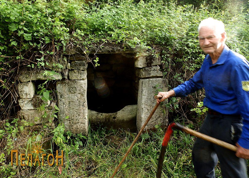 Кладенецот со култните камени блокови и 85-годишниот Петре