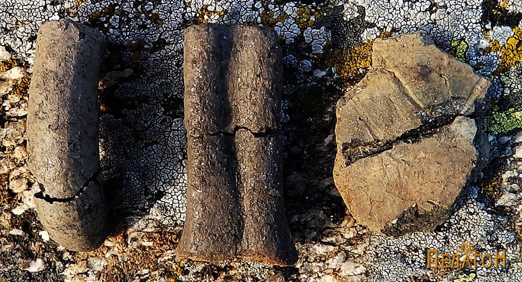 Фрагменти од керамички садови на локалитетот - рачка и друг фрагмент