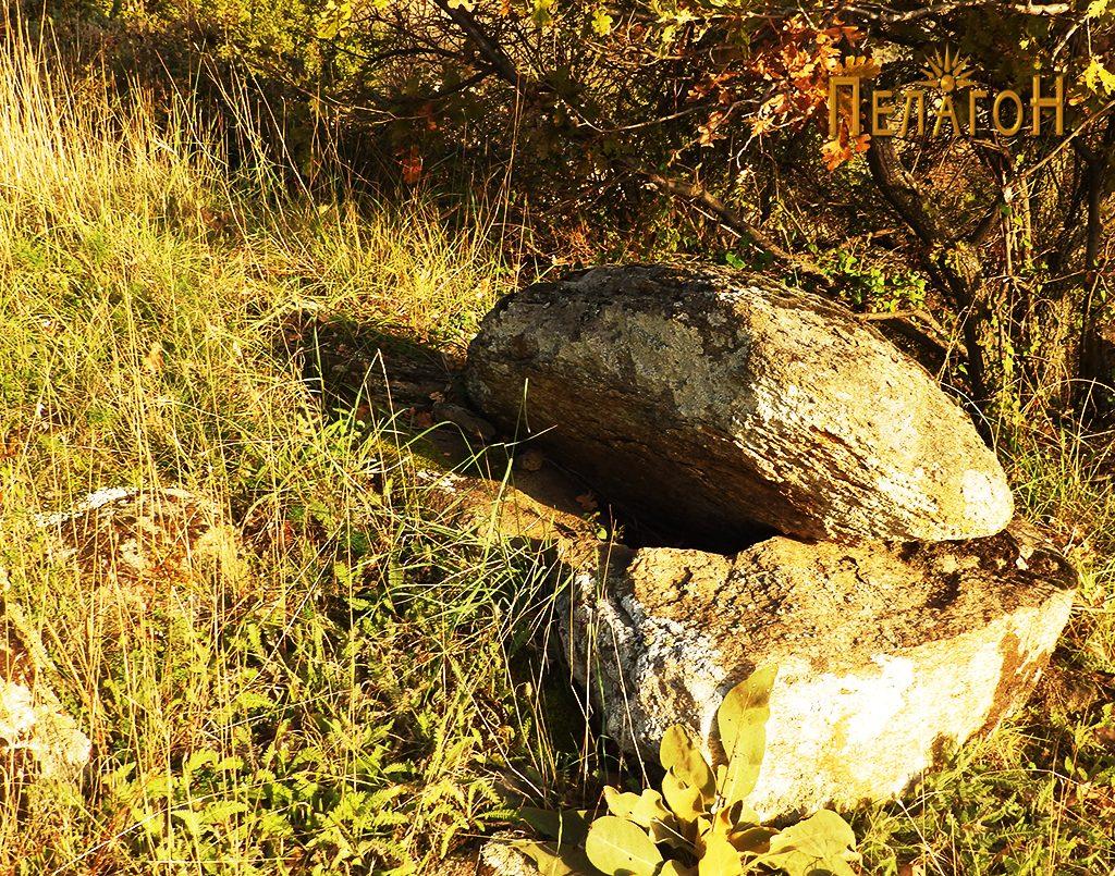 Големи камени блокови при влезот вцо манастирот