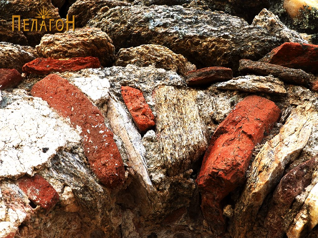 Фрагменти од питос и од тегули во нишата над вратата на јужниот ѕид