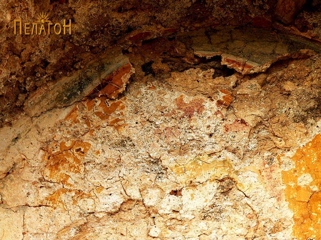 Остатоци од живопис во нишата над вратата на јужниот ѕид 3