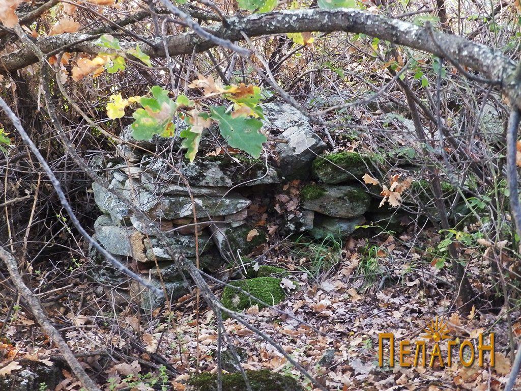 Остатоци од ѕид од стопански објект